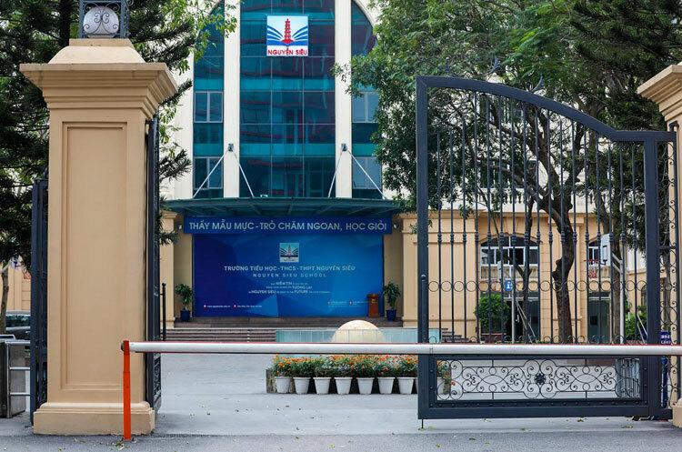 Cổng trường liên cấp Nguyễn Siêu, Hà Nội, những ngày học sinh nghỉ học phòng Covid-19. Ảnh: Ngọc Thành.