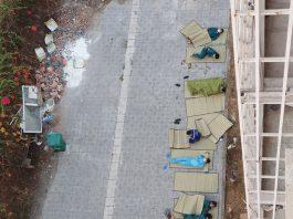 Hình ảnh giấc ngủ 'màn trời chiếu đất' của những người làm công tác phòng dịch khiến nhiều người xót xa