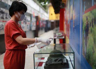 Khử khuẩn tại Khu di tích Nhà tù Hỏa Lò, ngày 10/3. Ảnh: Ngọc Thành