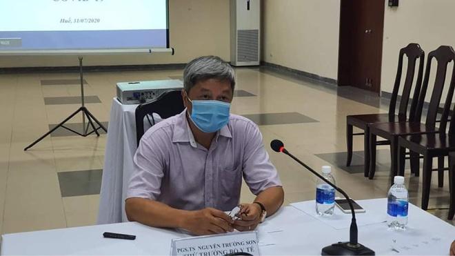 Thứ trưởng Bộ Y tế Nguyễn Trường Sơn làm việc trực tuyến với điểm cầu Đà Nẵng và Bệnh viện Trung ương Huế cơ sở 2. Ảnh: Bộ Y tế.