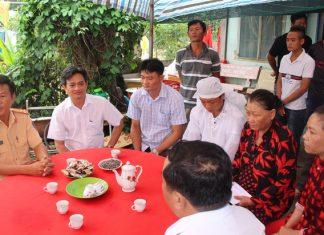 Ban An toàn giao thông tỉnh Trà Vinh, đến thăm và động viên gia đình nạn nhân. Ảnh: Đạt Nhân.