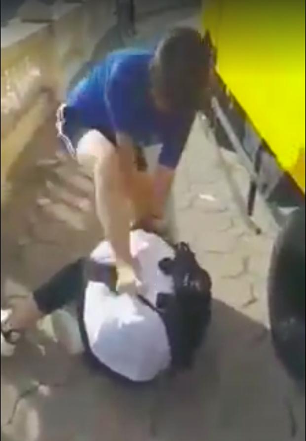 Nữ sinh bị đánh, đạp liên tiếp vào người.