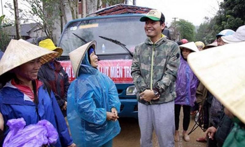 MC Phan Anh đi từ thiện ở miền Trung.