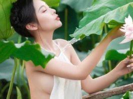 Hot girl mặc áo yếm buông lơi chụp ảnh Tết