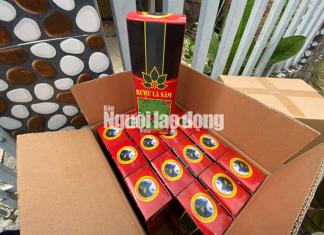 Một trong số các thùng rượu lá sâm Ngọc Linh giả logo, nhãn mác mới bị tạm giữ.