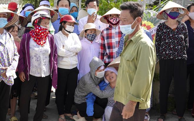 Người thân, hàng xóm, chính quyền địa phương đưa vợ chồng ông Cửu cùng con gái đi hoả táng.