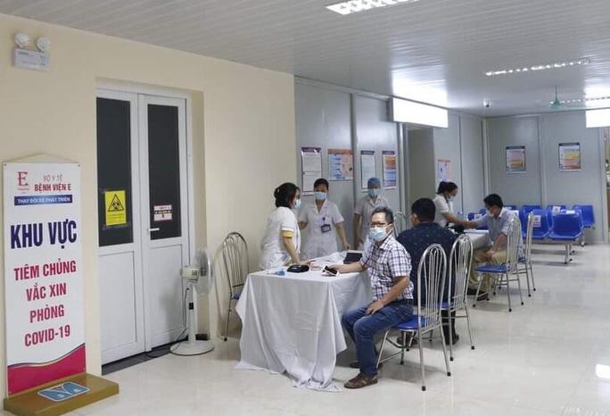 Tiêm vắc-xin cho người dân tại Bệnh viện E Trung ương.