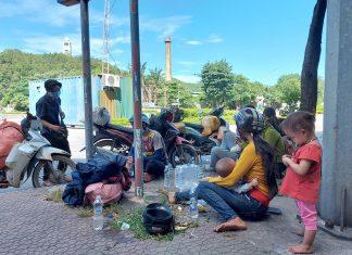 Dân sinh - Xót xa bé 7 tháng theo cha mẹ đi xe máy nghìn km để 'trốn' dịch