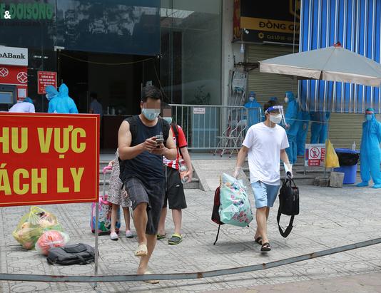 Kể từ đầu dịch đến nay Việt Nam có 369.267 ca mắc COVID-19 (Ảnh cư dân tại một khu chung cư có nhiều bệnh nhân COVID-19 đang di chuyển đến khu vực cách ly khác)