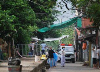 Lực lượng y tế làm công tác phòng chống dịch tại tổ 8 phường Kiến Hưng (quận Hà Đông, Hà Nội).